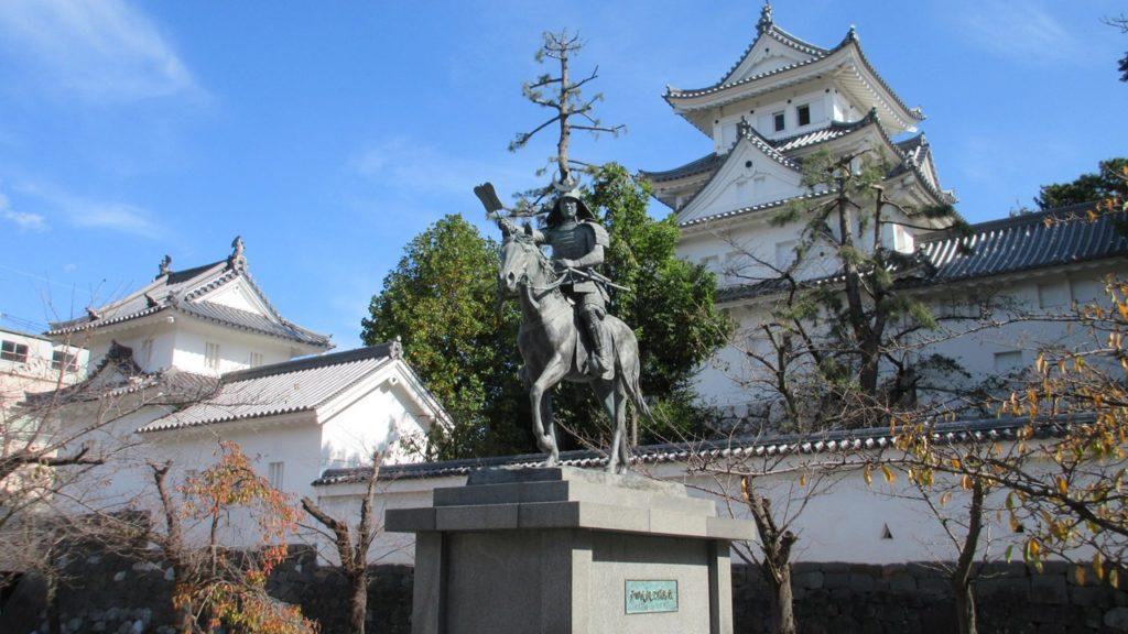 大垣城と初代大垣藩藩主の戸田氏鉄(とだうじかね)の騎馬像