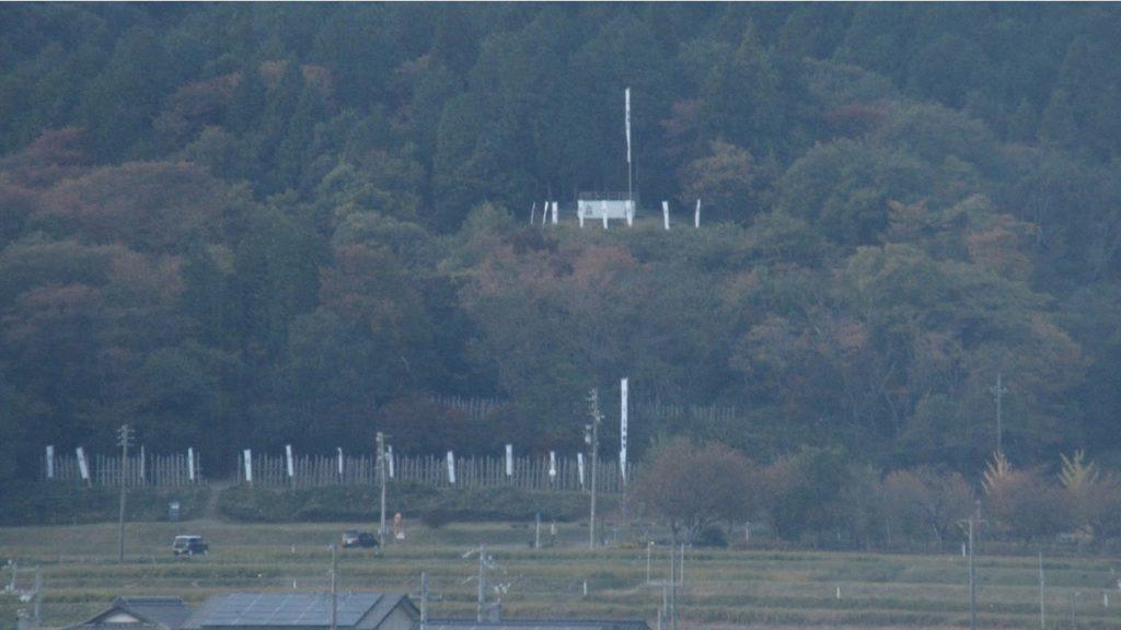 岐阜関ケ原古戦場記念館の展望台から見える笹尾山(石田三成本陣)